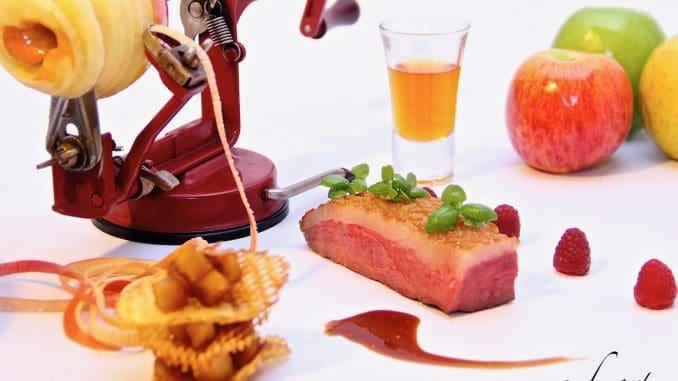 חזה מולארד צלוי מוגש עם צ'יפס תפוחי אדמה וצ'טני תפוחי עץ