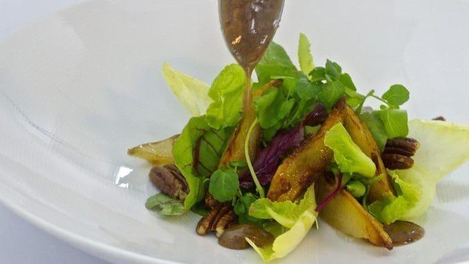 סלט ירוק ופריך עם תפוחים מקורמלים בסויה וסילאן