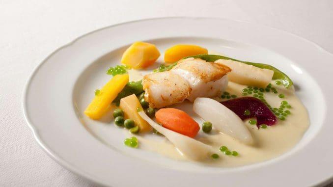 מטבח עשיר במוצרים אותנטיים, ידוע בשימוש בעשבי תיבול וצמחי בר, ומשמר מסורות מקומיות