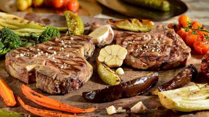 השף מעורב בבחירת הבקר, שעובר יישון בחדר קירור מיוחד שנבנה בכל אחת משתי המסעדות