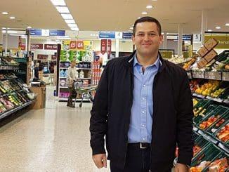 """בצלאל מרדכי, מנכ""""ל יופיטק, בסופרמרקט של Korea Foods בלונדון"""