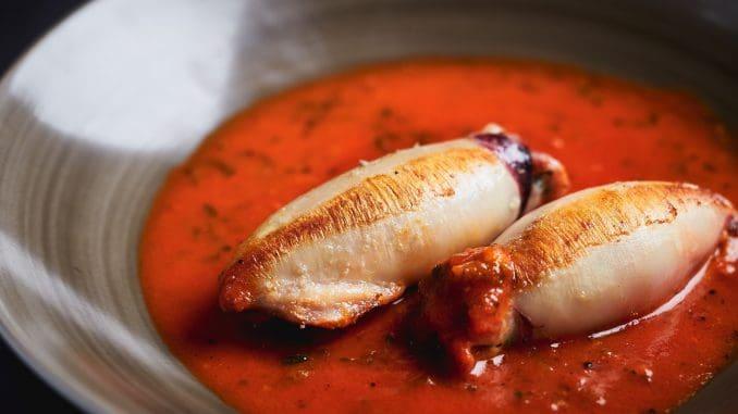 קלמרי ממולא בבשר דגים עם קוביות אווז מעושן