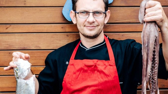 שף יורי סנצ'וק מתכונן לערב שוק דגים בים 7