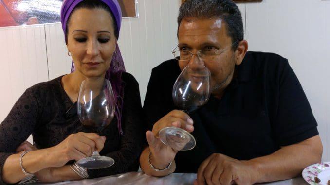 אהרון וחלי גלח הם העוסקים במלאכה, וכשאהרון מדבר על יין, עיניה של רעייתו חלי בורקות