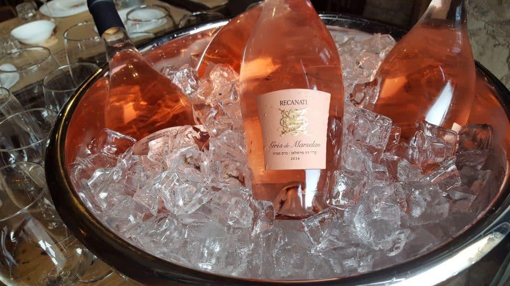 רוזה עם עדינות של יין לבן