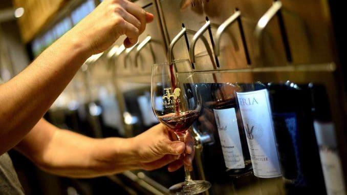 מערכות מזיגה אוטומטיות ממוחשבות, המוזגות ממבחר של 40 יינות בשלוש מידות מזיגה שונות