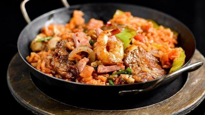 מחבת רוחשת של אורז, נקניק מעושן , נתחי בשר בקר ושרימפס