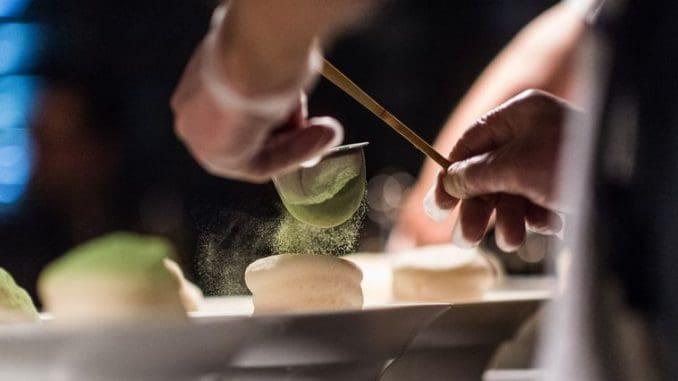 מסעדה שמציגה את כל הצדדים של המטבח העילי