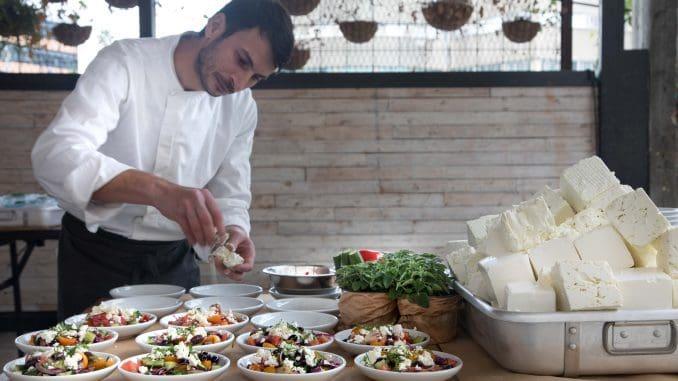 היווניה השמחה - עמדה לחיתוך סלט ירקות המוגש עם ציזיקי, לבנה דרוזי, וגבינות לפי בחירת האורח