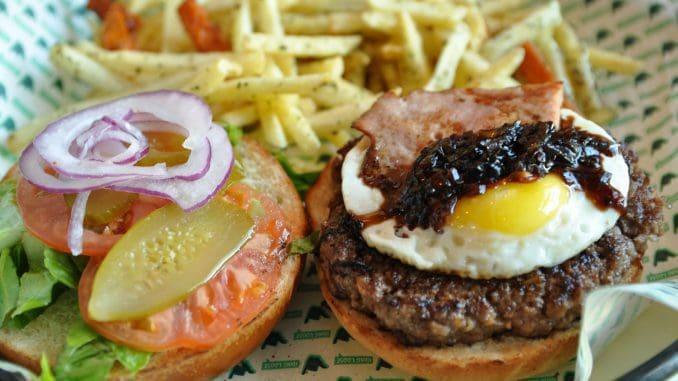 המבורגר עסיסי שמגיע עם ביצת עין, חזה אווז וריבת בצל