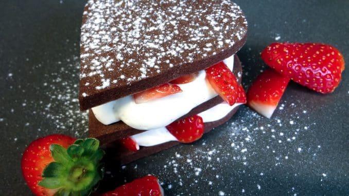 מגדל עוגיות עם שוקולד לבן ותותים