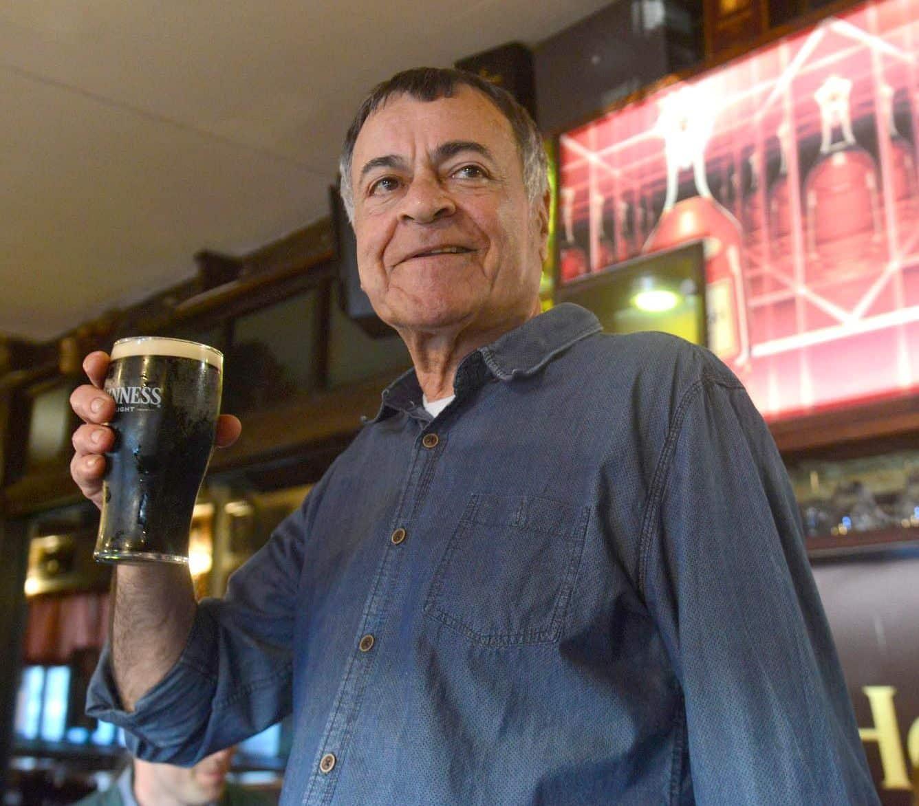 עזרא מספר שהמקום החל את פעילותו בחלק בו קיימים היום ברזי הבירה