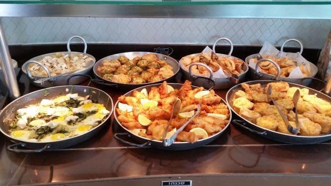 בימי שישי, לקראת השבת בפתח, נוספים לארוחת הבוהריים דגים בסגנון מרוקאי, בורי ומנות חגיגיות נוספות