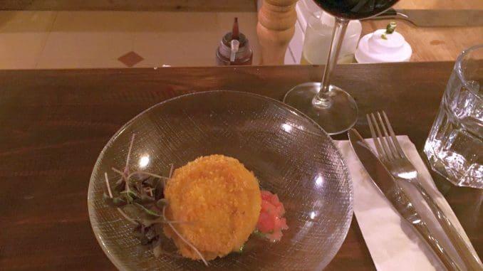 פריטו מוצרלה – מוצרלה ממולאת בדוקסל פטריות על סלסה עגבניות קונקסה