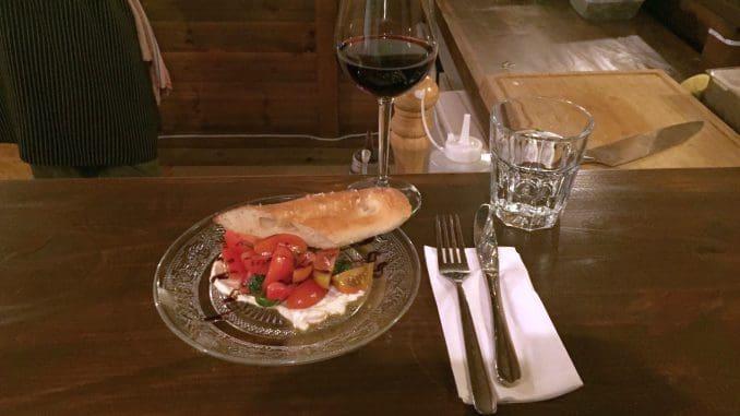 סלט קפרזה של עגבניות, גבינת מוצרלה ובזיליקום, עם טוויסט – לאבנה במקום המוצרלה