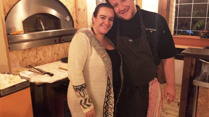 רמי וסיון קונסטנטינובסי הם באלרמי - הוא מבשל ומספר והיא דוחפת ומשווקת