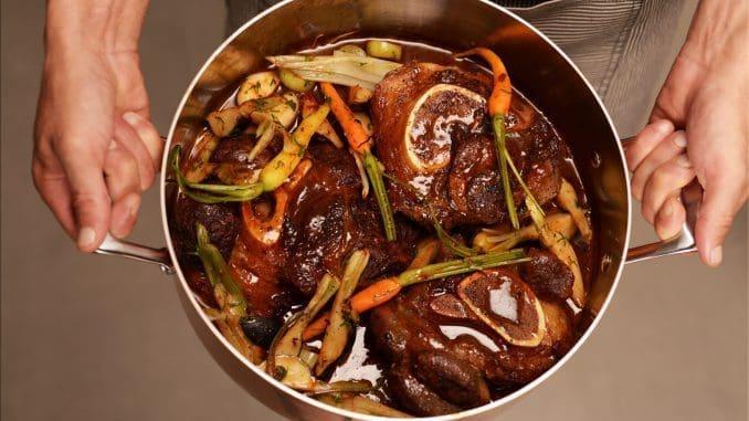 אוסובוקו קלאסי צלוי עם יין אדום וירקות שורש. מומלץ להגיש לצד אורז חגיגי או תפוחי אדמה צלויים