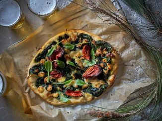פיצה חוביזה, טונה מעושנת, חלומי, עגבניות לחות ועלי חרדל