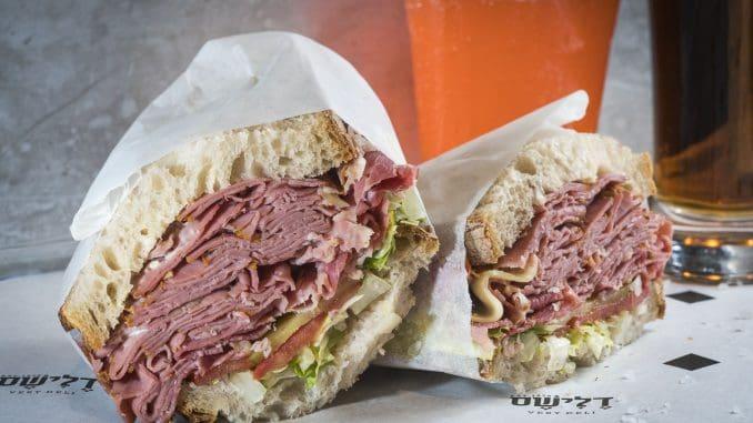 סנדוויץ' הקורנביף מכיל 200 גרם של חזה בקר מעושן עם איולי חרדל וירקות