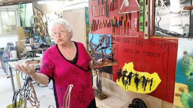 ציפי דינרמן ואברהם רוזנפלד הקימו גלריית אמנות רב שימושית בחצר ביתם