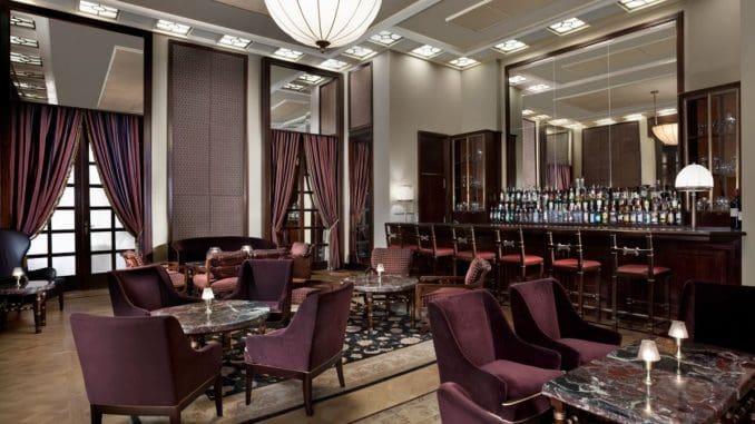 """בר היין של מלון """"המלך דוד"""" בירושלים מעוצב באופן אלגנטי ומהודר"""