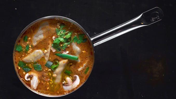 שף שגב משה יכין מרק טום יאם תאילנדי מסורתי עם אטריות זכוכית, צ'ילי, פטריות ג'ינג'ר ולמון גראס