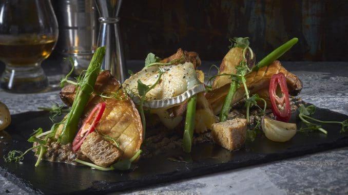 גבינת בושה המוגשת תפוחי אדמה ראטה צלויים, פטריות מלך היער וארוגולה