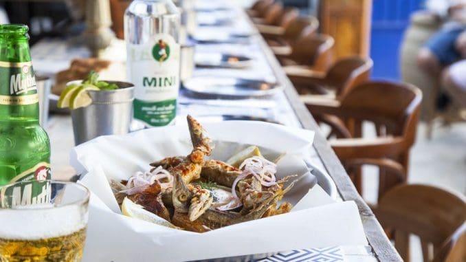התפריט כולל עוד מנות, דוגמת דגים מטוגנים וכן אורז פירות ים