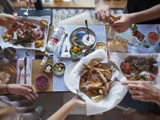 הרעיון העומד מאחורי המסעדה הוא ליצור חוויה יוונית אותנטית מלאה