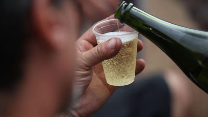 יין לבן צונן יכול להתאים למנגל יום העצמאות