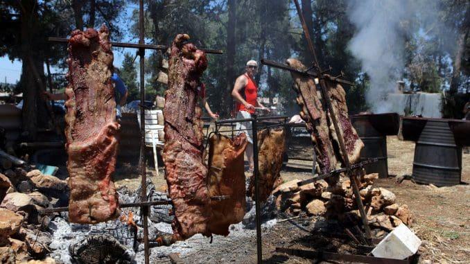 מאות ישראלים מכל האזור רכשו את כל סוגי הבשר שיעלה על המנגלים ביום שלישי, יום העצמאות וחג המנגלים