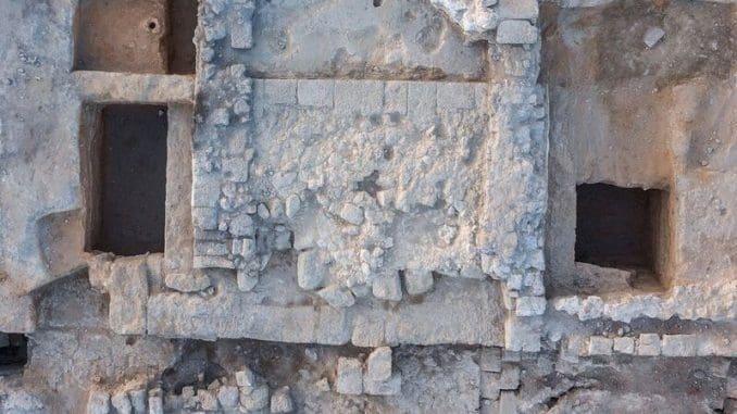 מסד של מזבח אבן גדול אשר ניצב בתוך היכל פתוח לשמיים