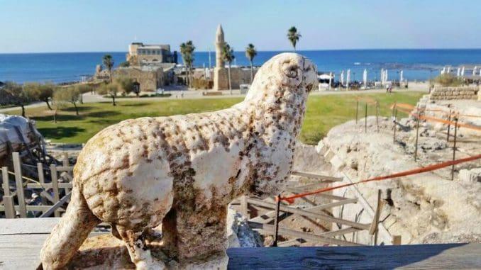 פסל אַיִל שהתגלה בסמוך לקמרונות שבחזית במת המקדש