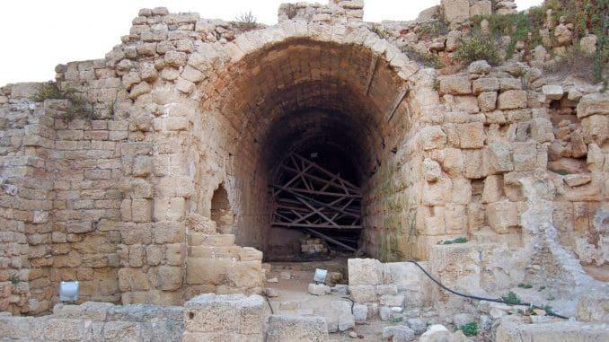 בין האולמות הוקמה מערכת קמרונות שנשאו על גבה גרם מדרגות מונומנטלי
