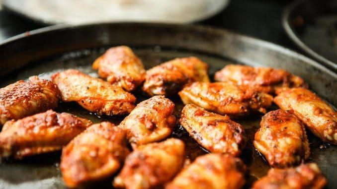אופים את הכנפיים בתנור שחומם מראש ל- 185 מעלות כ- 40 דקות