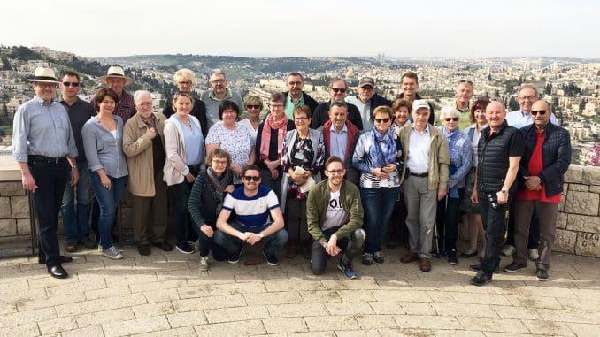 תמונה קבוצתית על רקע ירושלים