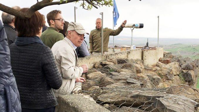 """קצין או""""מ מסביר על סוריה ממרומי הר בנטל"""
