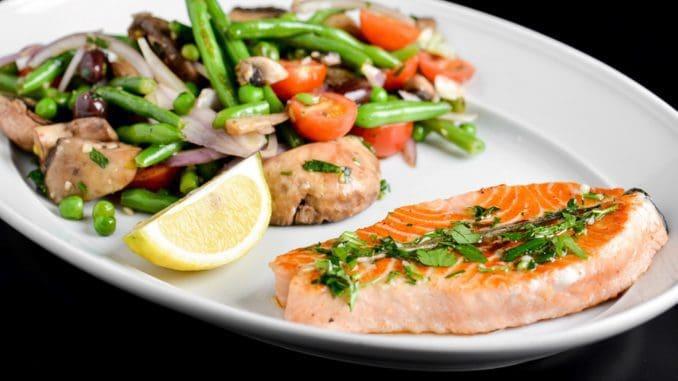 בחג הפסח חשוב לשלב גם מנות עם ירקות ודגים בבישול וטיגון בריא