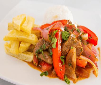 לומו סלטאדו - רצועות סינטה עם בצל, עגבניות וצ'יפס מוגשות עם אורז,