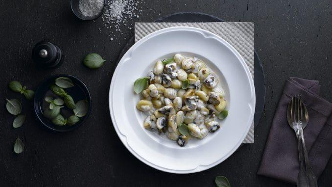 תפריט אוכל מיוחד וכשר, עם מנות המבוססות על חומרי גלם טריים