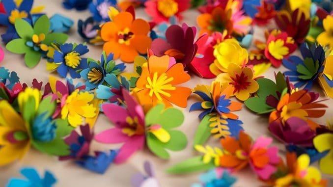 מרבד תלוי במהופך של אלפי פרחי נייר ענקיים