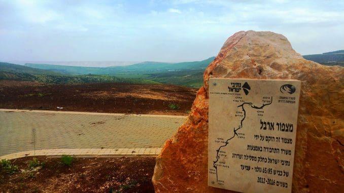 המצפור צופה לכיוון מזרח, ממנו ניתן לראות את הר ארבל, רמת הגולן ואזור הגליל התחתון המזרחי
