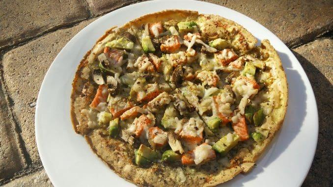 כדי להעניק לפיצה טעם ייחודי יש להוסיף 10 חתיכות ארטישוק ירושלמי ו- 200 גרם סלמון מעושן