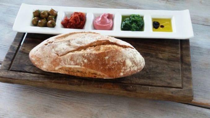 לחם הבית ומיני מטבלים