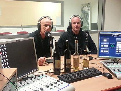 """אמיר סריג (מימין) יינן יקב סריג מתארח ב""""ג'אז אדום לבן"""" – תכנית הרדיו של יוסי נאור בקול יזרעאל וקול נתניה"""