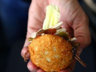 ממלאים את הגורודיטה בתוספות בעודה חמה, ומגישים מיד. אוכלים ביד כמו שאוכלים פיתה
