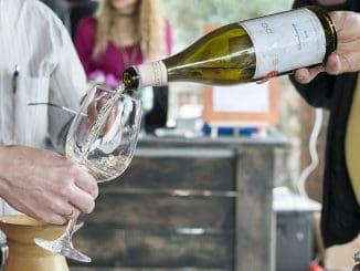 """תהליך הייצור מוקפד ו""""מסורתי"""", כשחלק מהיין תסס על שמריו בחביות, ושהה בהן שלושה חודשים נוספים"""