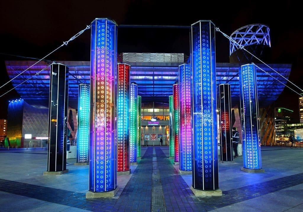 מתחם אור תלת-ממדי המזמין את הקהל לעבור בין 12 עמודי מראות רגישים לתנועה עם תאורת לד ייחודית