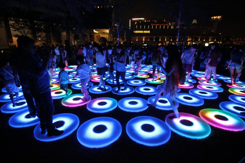 'בריכות' אור ענקיות ועגולות אשר מאירות בצבעים מרהיבים כאשר הקהל קופץ, רץ ומשחק ביניהן