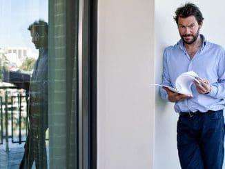 """השחקן והבמאי זוכה-הפרסים דומיניק ווסט, המשחק את תפקיד ג'ימי מקנולי בסדרה """"THE WIRE"""" של HBO"""